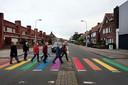 Mooi gebaar, zo'n regenboogzebrapad zoals hier op de Burgemeester Freijterslaan/Laan van Brabant in Roosendaal. Maar veiliger? Dat niet.