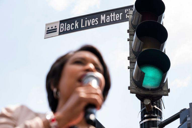 Muriel Bowser, burgemeester van DC op de nieuwe 'Black Lives Matter Plaza'. Beeld EPA