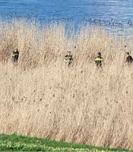 Spelende kinderen vinden menselijke botten langs het water in Spijkenisse