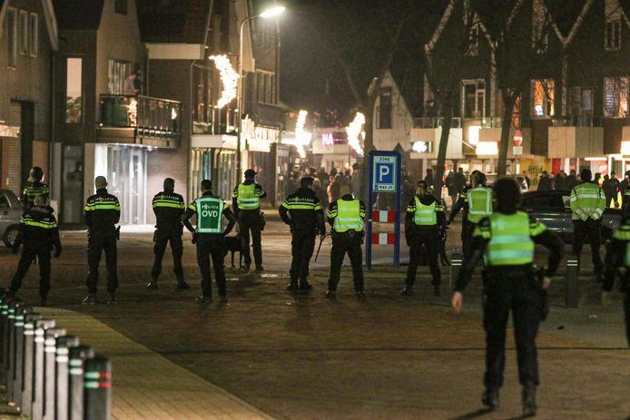 De politie zette groot in bij de ongeregeldheden bij het ingaan van de avondklok op Urk, zaterdag. De eerste verdachte heeft een