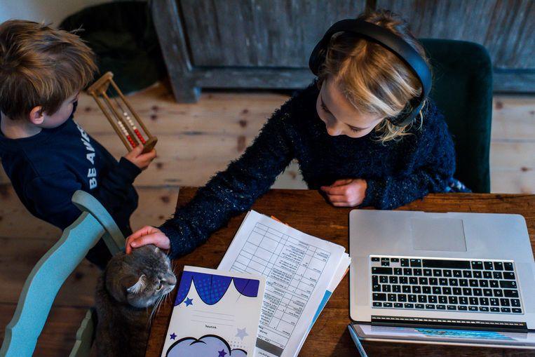 Leerling doet thuisonderwijs. Beeld HH / Linda Bouritius