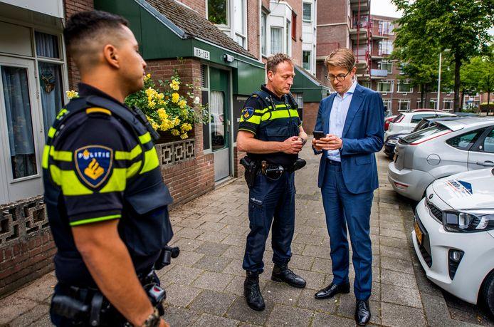 Minister Sander Dekker gaat met een speciaal team op pad om een voortvluchtige op te pakken - met een nieuwe politie app