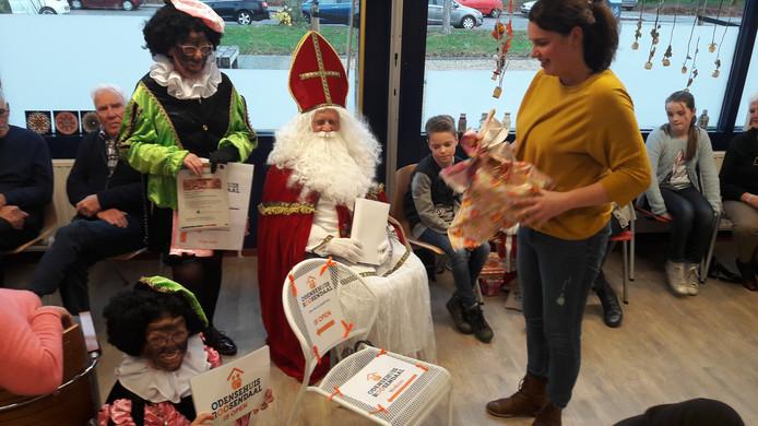 Sinterklaas heeft voor WMO-manager Esmee Aalberts een echte Odense-stoel meegenomen.