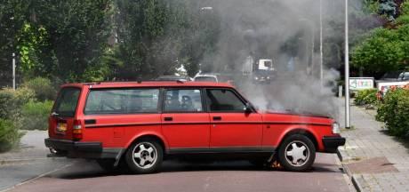 Auto vliegt in brand in Daarlerveen: eigenaar voorkomt overslag naar schuur