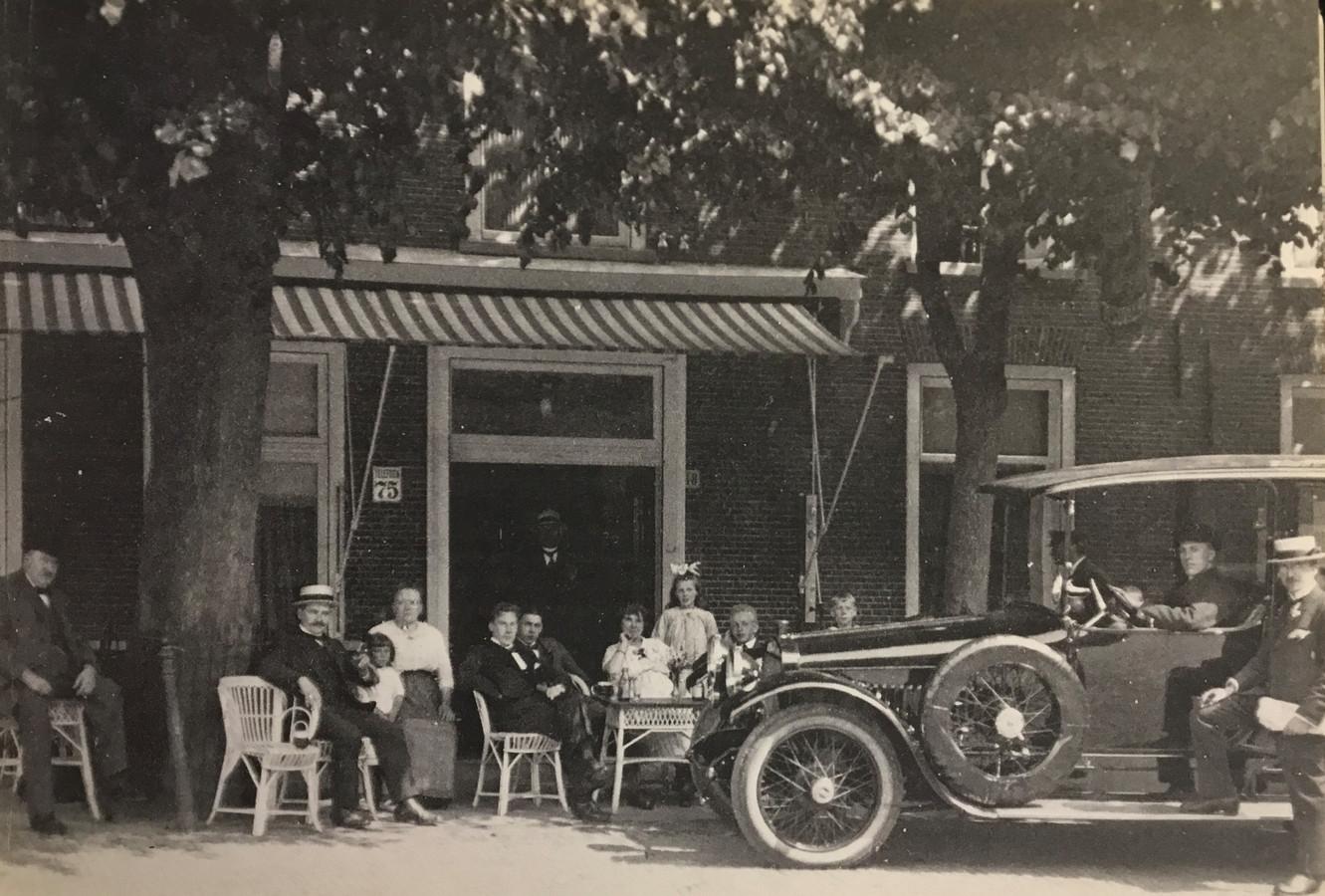 Terras van hotel Govaert in de jaren dertig op de hoek van Heuvel en Eikenboomgaard