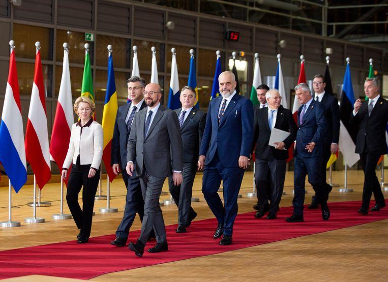 Samen met Commissievoorzitter Ursula Von der Leyen en de staatshoofden van de westelijke Balkan-landen op een top in februari.   Beeld AP