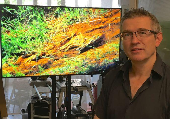 Michiel van Bakel bij zijn video-installatie over de Peelrandbreuk.