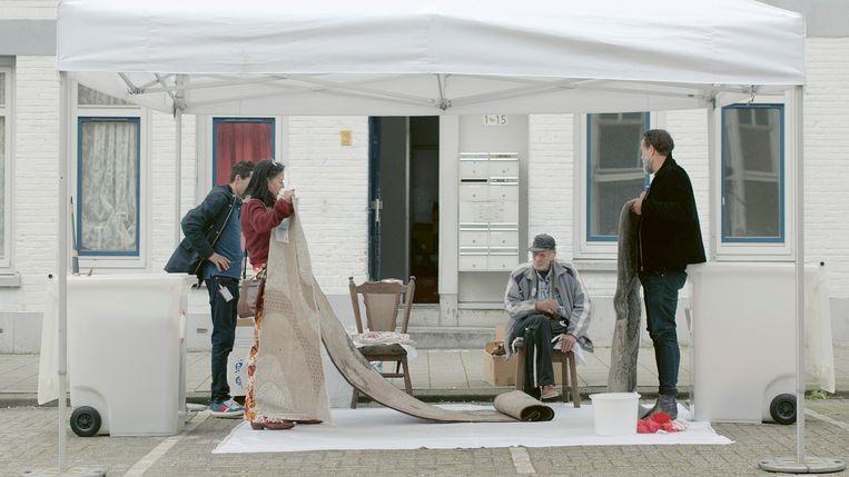 Adelheid Roosen helpt de oude zeeman Jan Talle, een hoarder die moet verhuizen. Rechts Hugo Borst. Beeld Human