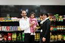 Nour (rechts) en Louai Kasoumeh voor een van de vele schappen in hun supermarkt.