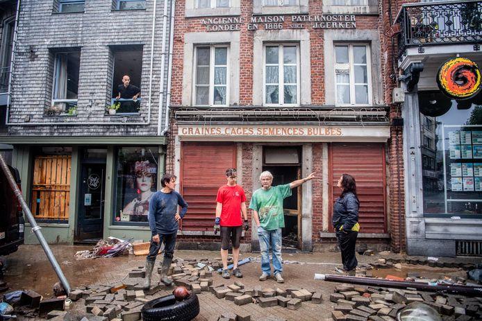De straten in Verviers liggen bezaaid met brokstukken, afval en puin.