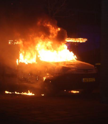 Meerdere auto's van dakdekkers in brand gestoken in Den Bosch