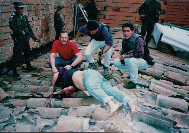 Bij het lijk van Escobar, vlak nadat de drugs-baas op 2december 1993 was doodgeschoten. Beeld rv