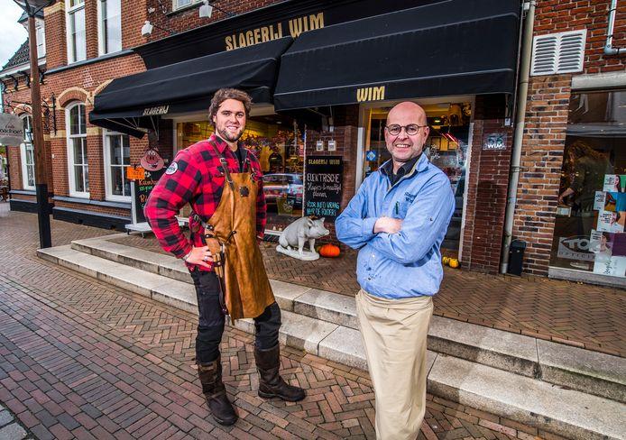 Wim Oosterik (rechts) van slagerij Wim aan de Grotestraat heeft zijn bedrijf verkocht aan Niels Hofste, die zijn eigen bedrijf Niels' Grill & Smoke  uitbreidt.