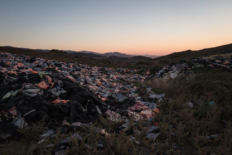 Het 'kerkhof van de zwemvesten' op Lesbos, achtergelaten door de bootvluchtelingen die het eiland wisten te bereiken. Beeld Nicola Zolin