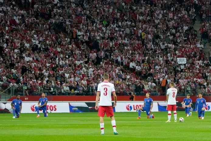 De Engelsen knielden, de Polen niet.