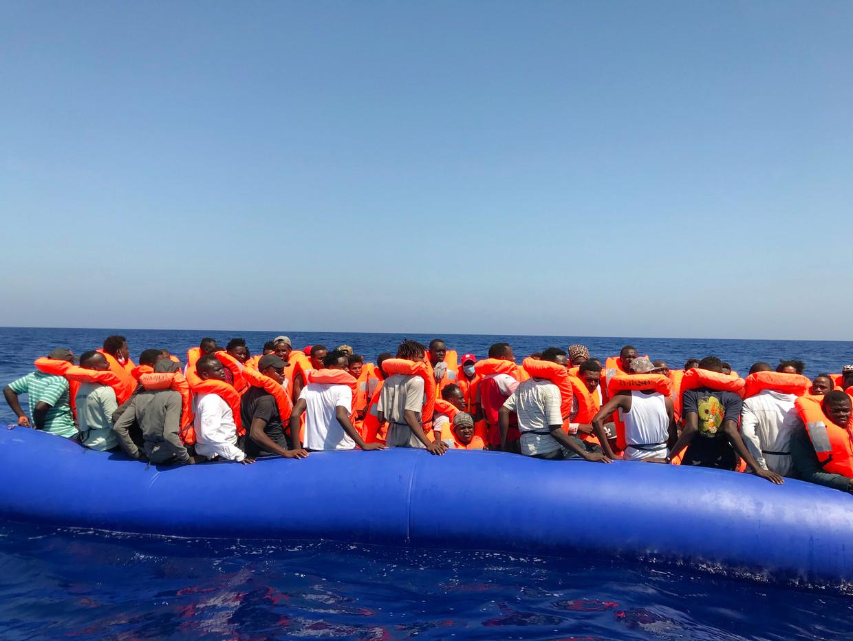 Vluchtelingen gered op de Middellandse Zee.  Beeld AFP