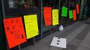 De leerlingen van basisschool Apollo11 maakten posters voor hun meesters en juffen.