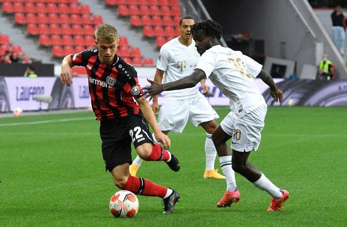 Bayer Leverkusen-verdediger Daley Sinkgraven (links) in duel met de Noorse Ferencváros-aanvaller Tokmac Nguen.