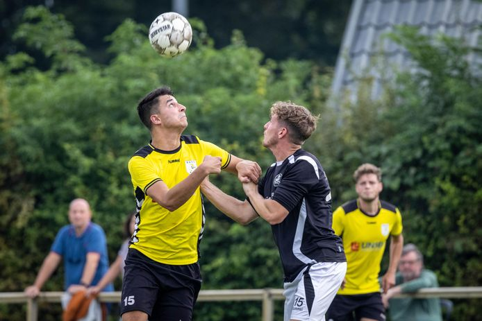 Kefas Schut van HAVO in duel met SML-speler Sven Roelofs.