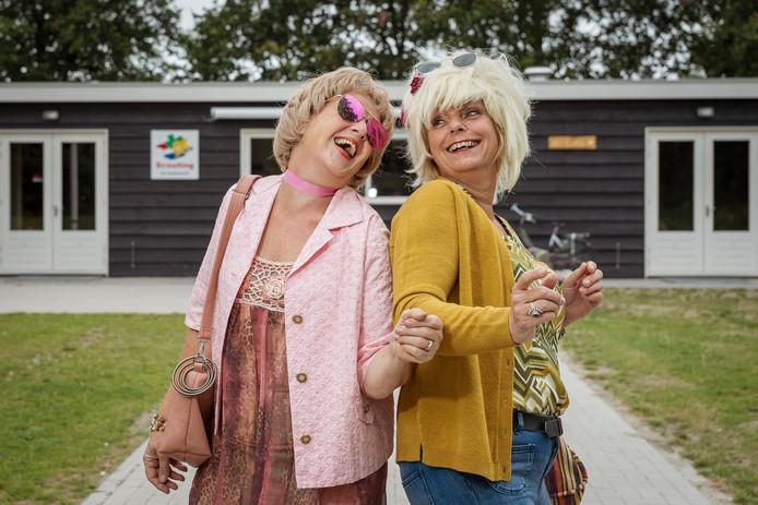 Nelleke Tamerus (links) en Paula Schiettekatte komen in hun jaren-70-outfit al in de stemming voor de voorstelling 'Vuurdoop' door De Rederijkers Zierikzee.