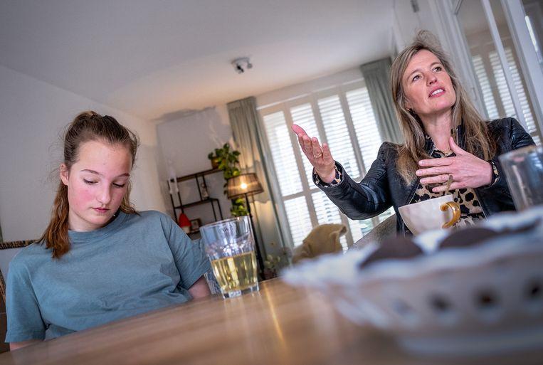 Hannah, hier met haar moeder Bertine, is uitgeloot bij de vijf scholen van het voortgezet onderwijs waarvoor zij zich had opgegeven. Beeld Patrick Post