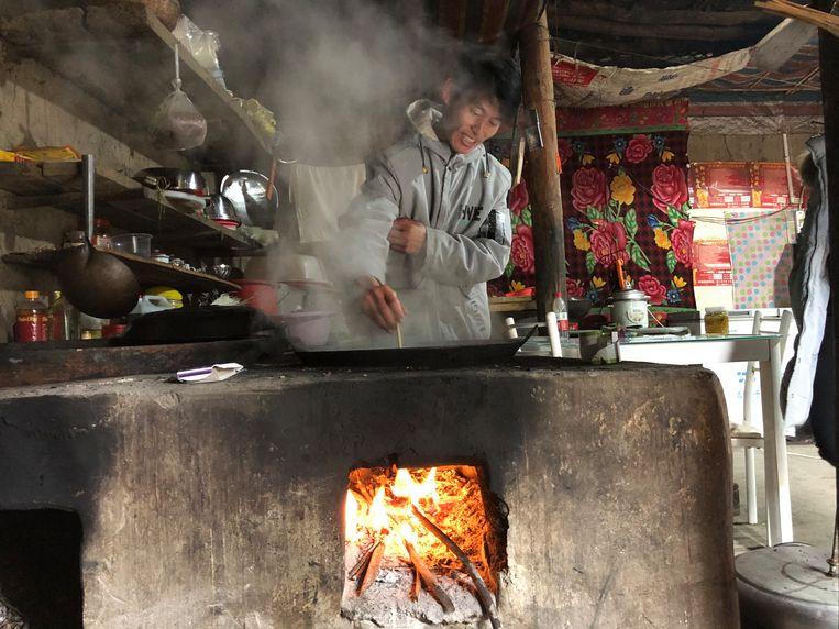 Omdat hij in de stad geen werk vindt, keert Aniu terug naar zijn dorp. In zijn lemen huis, gebouwd zoals het al eeuwen gebeurt, zijn weinig moderne spullen te vinden. Beeld Leen Vervaeke