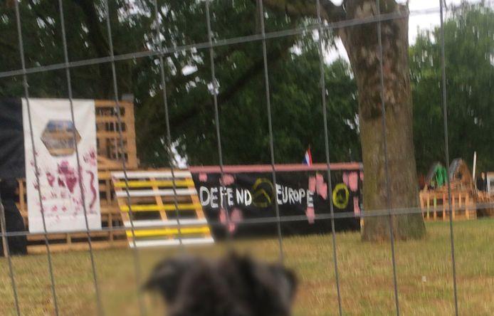 Op een bouwwerk in het bouwdorp in het Westerpark in Nijmegen is 'Defend Europe' geschreven, met het teken van Identitair Verzet.