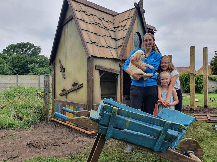 Esther met kinderen Louise en Juliette en de nieuwe knuffelhond Billy aan hun 'droomhuisje'.