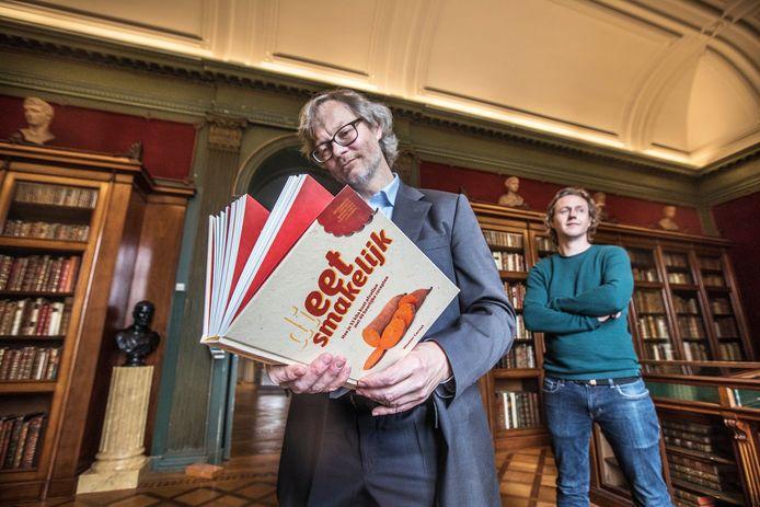 Een dieetboek gemaakt van en over aardappelen ter waarde van 11.000 euro is aangeboden aan conservator Rickey Tax (l) van het Huis van het Boek door auteur  Wouter Cornet.