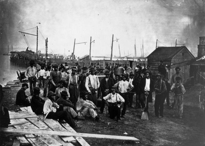 Pas vrijgemaakte Afrikaanse slaven in 1865 in een haven in de Amerikaanse staat Virginia.