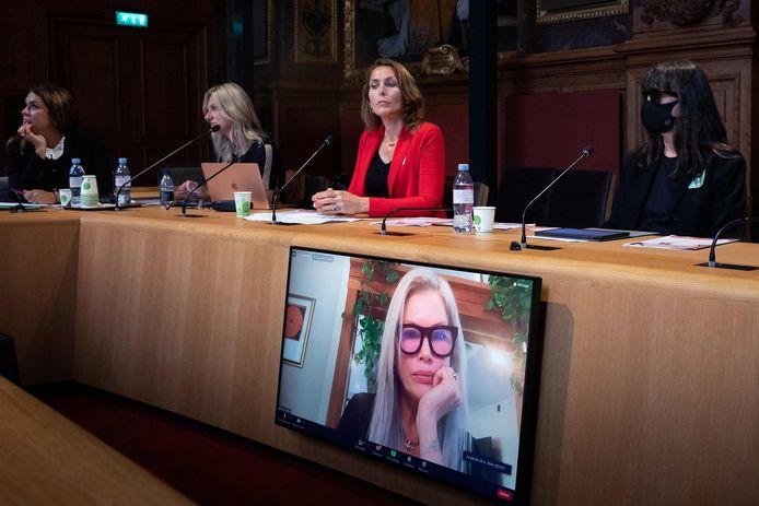 """De gauche à droite: Anne-Claire Lejeune, Lisa Brinkworth, Thysia Huisman et """"Sonia"""", une victime qui souhaite conserver l'anonymat, lors d'une conférence organisée au Sénat, en France"""