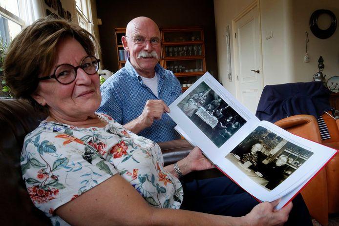 Francien en Ton van Gent met het fotoboek 'Kedichem, zicht op een dorp' op schoot.