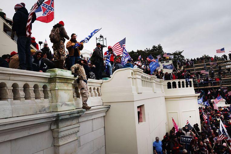 Het Capitool in handen van betogers.  Beeld AFP