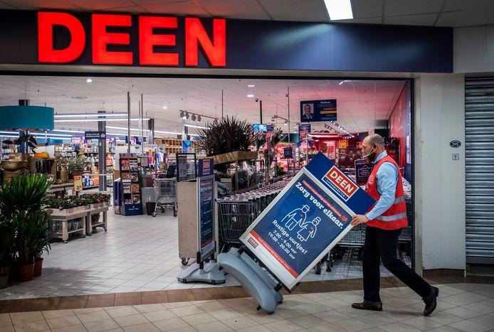 Over een paar maanden verdwijnt de naam Deen van de gevels. De supermarktketen wordt overgenomen door drie concurrenten: AH, Vomar en DekaMarkt.