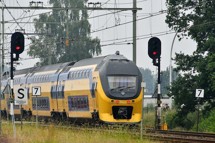 HENGELO - NS trein passeert sein tussen Enschede en Hengelo.