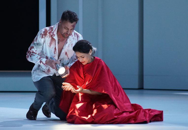'Tosca' in De Munt raakt actuele fenomenen aan, maar helemaal geslaagd is de opvoering niet. Beeld Karl Foster