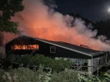 Ruim twintig paarden gered bij grote brand bij Stal Doorwerth, vier op het nippertje uit vlammenzee gehaald