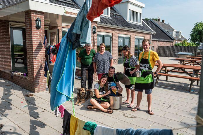 Kees en Margreet van Woudenberg (geheel links) van groepsaccommodatie Het Zwaluwnest grappen met hun Belgische gasten: Eline en Sebastiaan met hun baby en Jana en Kas.