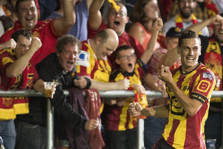 Nicolas Verdier viert z'n goal tegen Zulte met de fans.