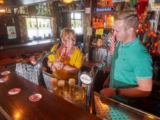 Gasten nemen café zes weken over omdat eigenaar onder 't mes gaat: 'Ze moeten niet meer drinken dan klanten'