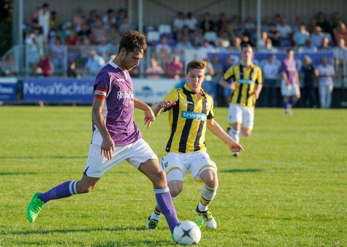 Aanvoerder Johan Vroegindeweij (links), hier in actie tegen Jong Vitesse, vertrekt aan het eind van dit seizoen bij de tweedeklasser.