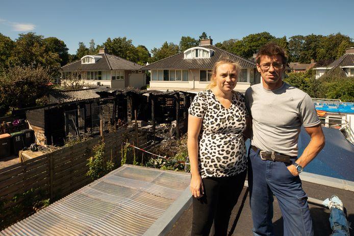 Gerrie van den Bos en Ernst Schievelt op het dak waar vanaf Ernst probeerde de brand te blussen. Op de achtergrond de afgebrande schuur en kennel.