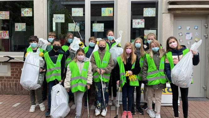 Leerlingen VBS Sterreneiland maken straten netjes