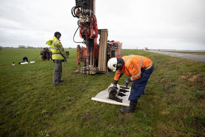 Het waterschap heeft enkele boorinstallaties op de Westdijk geplaatst om diepe grondmonsters te kunnen nemen van de vervuilde zuidzijde van de dijk.