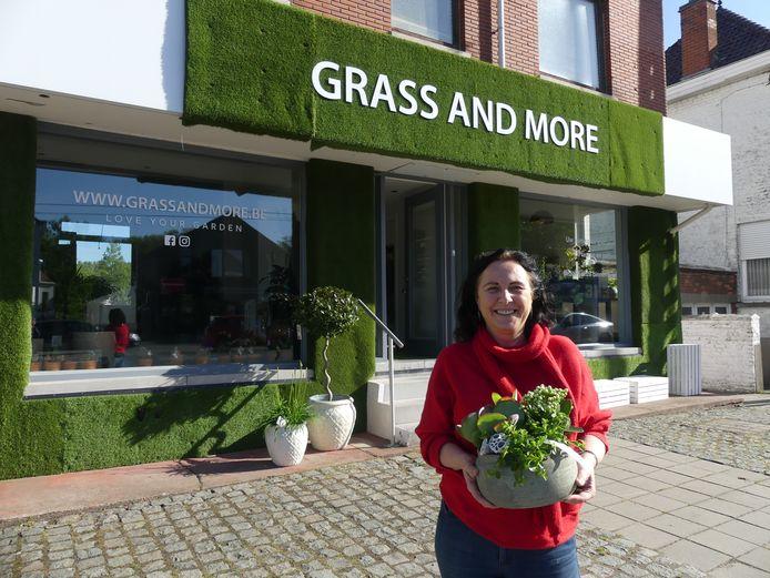 Inge Ornelis aan haar winkeltje Grass And More.