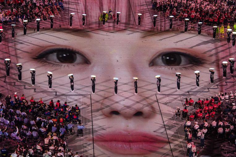 De Paralympische Spelen zitten erop. Tijdens de slotceremonie gisteren in Tokio werd de paralympische vlag overgedragen aan de burgemeester van Parijs. De Franse hoofdstad is in 2024 gastheer voor de Olympische en Paralympische Spelen. Beeld EPA