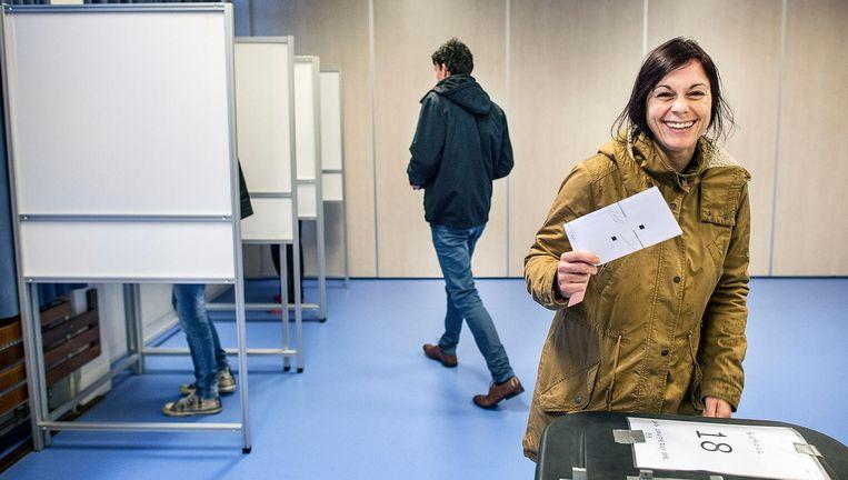 Kiezers tijdens het Oekraïne-referendum in een school in Utrecht. Beeld anp