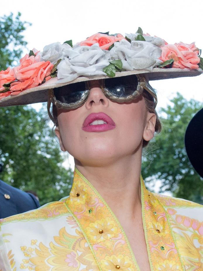 Lady Gaga in Amsterdam verstopt zich voor fotografen.