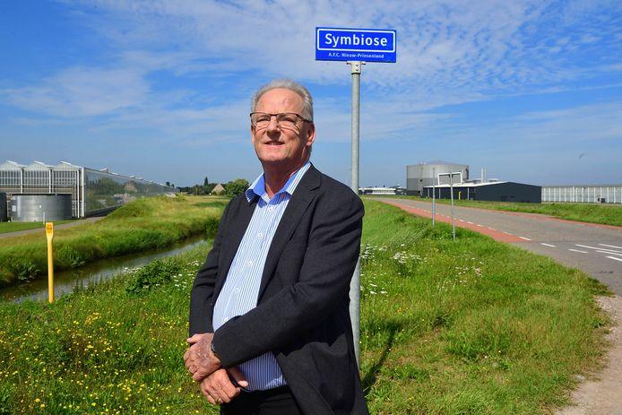 Oud-wethouder Michel Lambers is blij met de kassen en industrie in de Oude Prinslandse Polder. Hij  betreurt het dat de rondweg Dinteloord nooit is aangelegd.