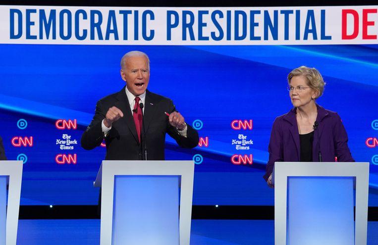 Oud-vicepresident Joe Biden en Senator Elizabeth Warren tijdens het debat in Ohio. Beeld REUTERS
